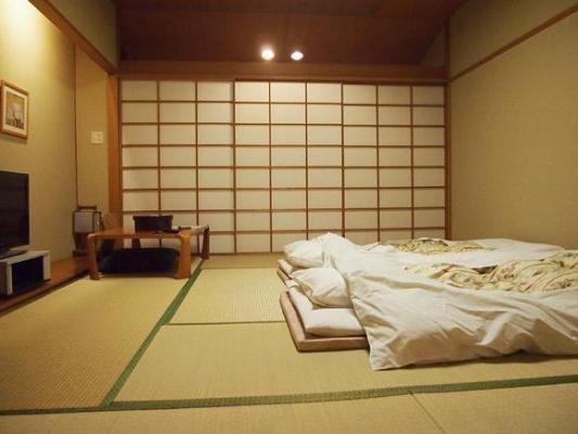 Полезно ли спать на полу: вред и польза для позвоночника, выпрямляется ли спина